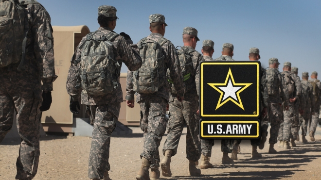 standing-back-us-army-soldiers-monitor
