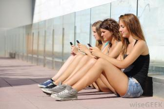 teens-with-phones